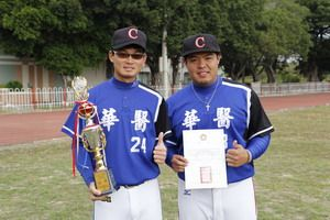 華醫科大慢壘校隊球員劉誌凱(左)榮獲最佳投手獎,黃偉倫(右)榮獲大會MVP獎。技職博覽會/攝影