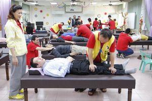華醫科大調理保健科校園義診 技法到位師生稱「讚」。技職博覽會/攝影