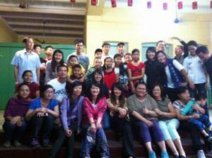 龍華科大應外系黃伊翎(前排左六)與學習團志工合照。技職博覽會/攝影