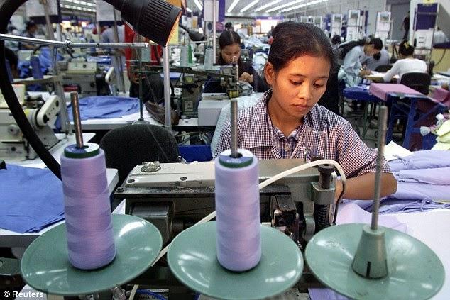 柬普寨工人,他們的薪資是台灣人的五分之一以下, 但他們的工作成果能滿足工廠方的需求, 他們當然拿走了許多製造工作。(來源)