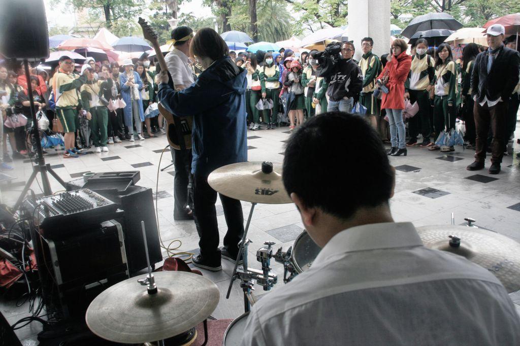 高雄餐旅大學 餐飲管理系助理教授 香港理工大學客座教授陳千浩 抗議 唱歌