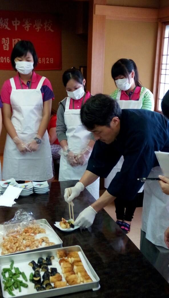 選手在金田屋實習甜點和日式粽子製作、松花堂定食配置,餐飲類學員見習廚房設施,在米屋參觀羊羹博物館,了解日式甜點發展歷史,實習日式甜點製作。(圖/員林家商提供)