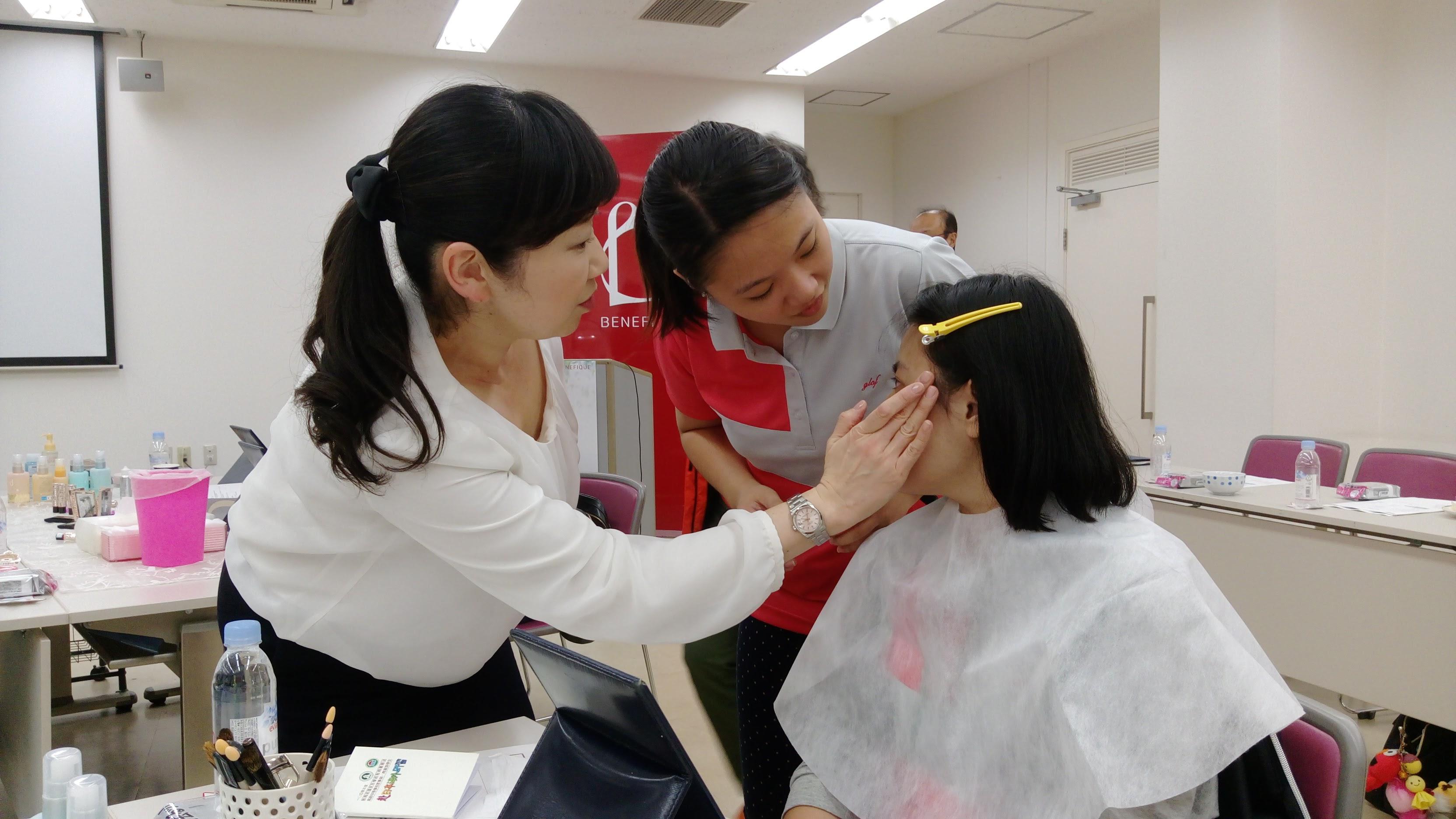 選手在資生堂公司實習化妝和最新款少女髮型梳理。(圖/員林家商提供)