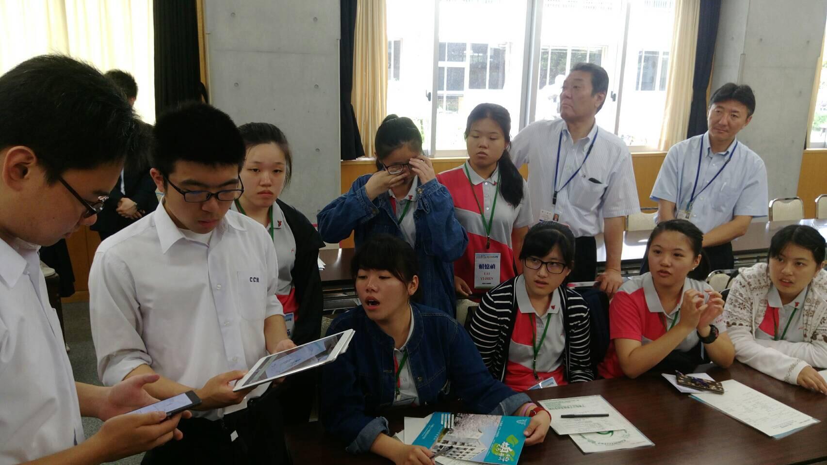 選手到千葉縣商業高校研習,藉由英語和日本學生互相交流兩國文化、學校運作模式等。(圖/員林家商提供)
