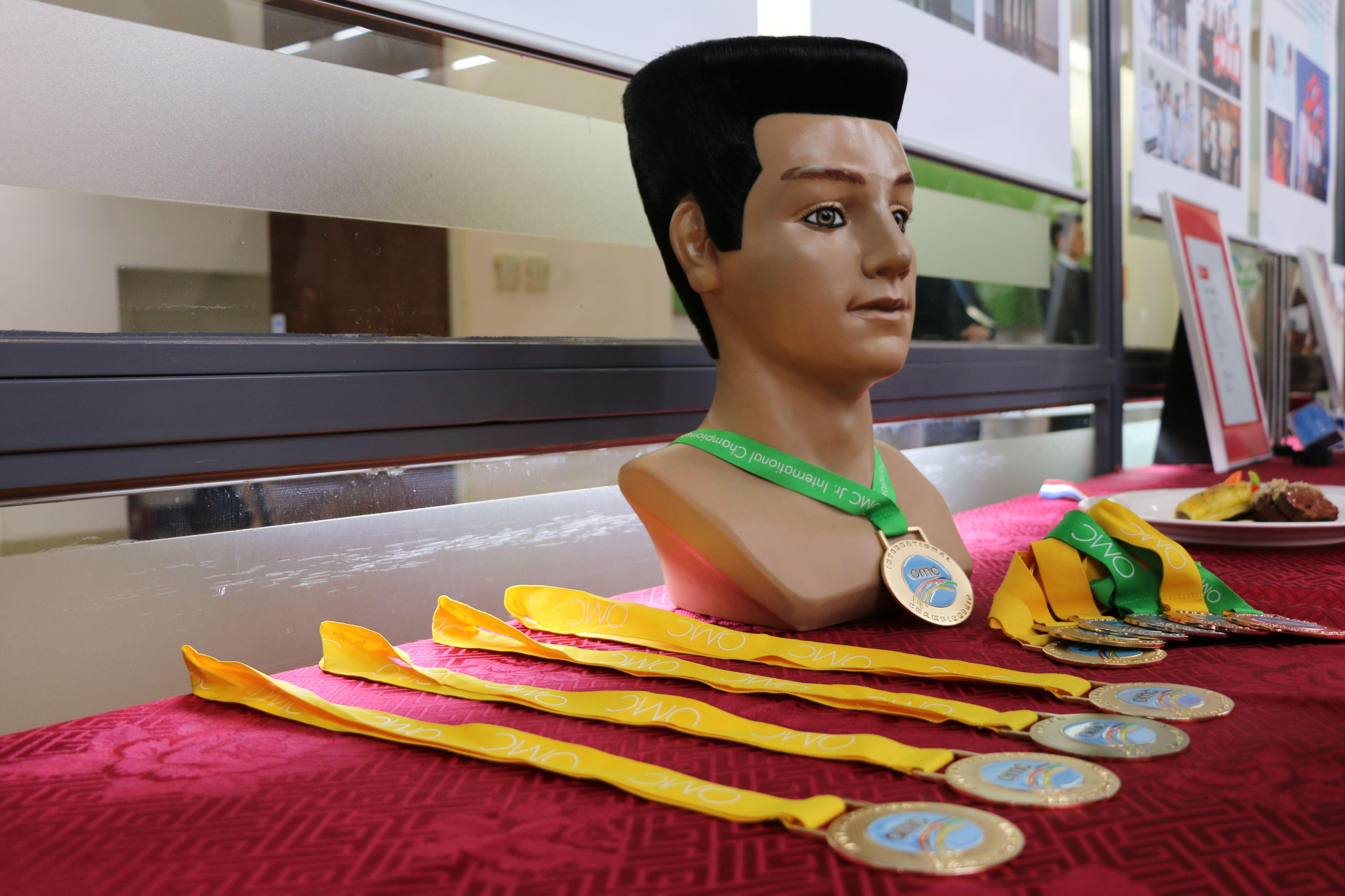 2016OMC韓國世界杯經典髮型金牌謝聖輝獎牌與作品。(圖/黃偉翔攝影)