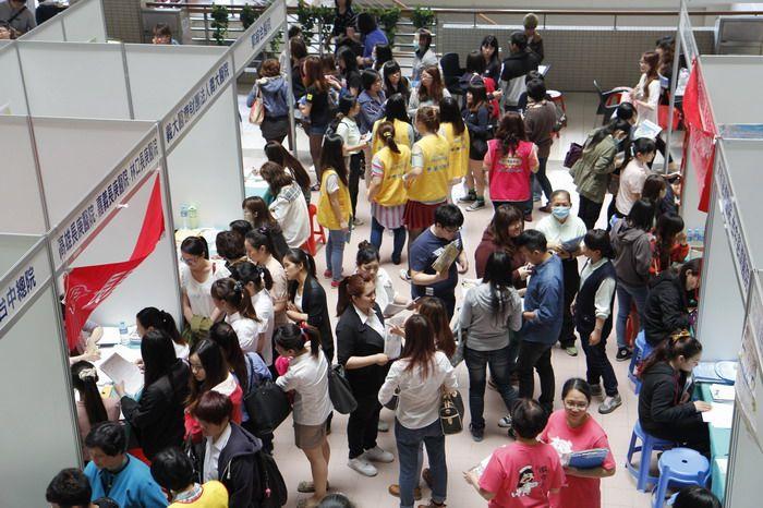 華醫科大舉辦校園徵才博覽會 30家醫院搶招近600名護理師